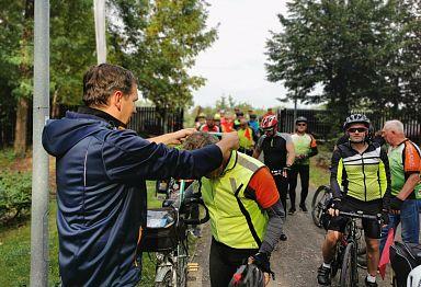 Dekoracja uczestników rajdu rowerowego