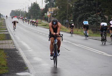 Triathlonista mknie na rowerze w stronę mety