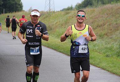 Triathloniści na trasie biegowej wzdłuż Prosny