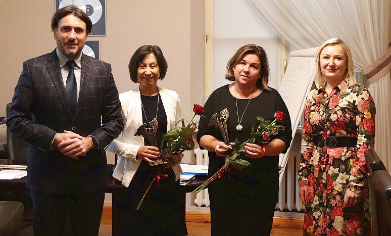 Stoją od lewej: wiceprezydent Grzegorz Kulawinek, Emilia Wojtulewicz, Beata Górecka i Ewelina Dudek