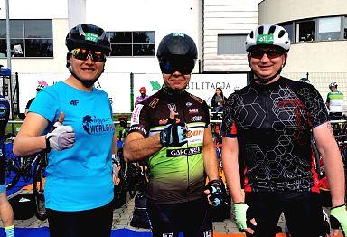 Rowerzyści uczestniczący w zawodach Triathlonu. Na zdjęciu trzech mężczyzn, po środku wiceprezydent - Mateusz Podsadny